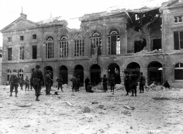 Drapeau américain déployé sur l'Hôtel de Ville - Argentan - 20/08/1944