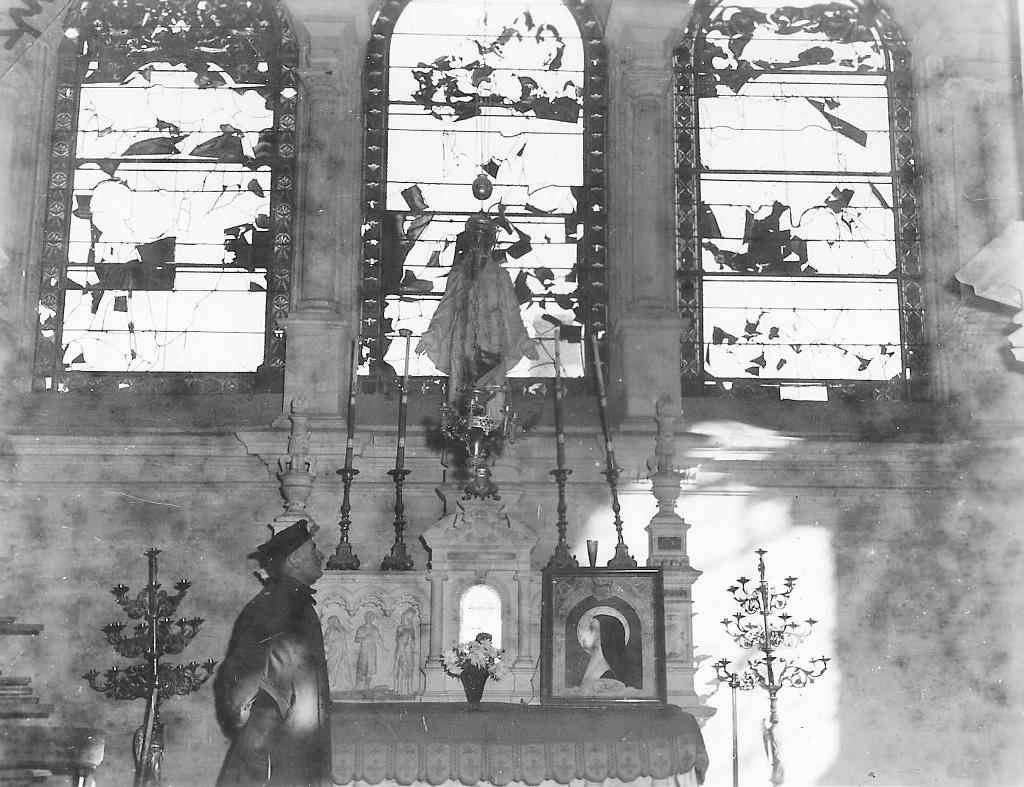 Officier américain constatant les dégâts - Eglise St Germain - Argentan 1944