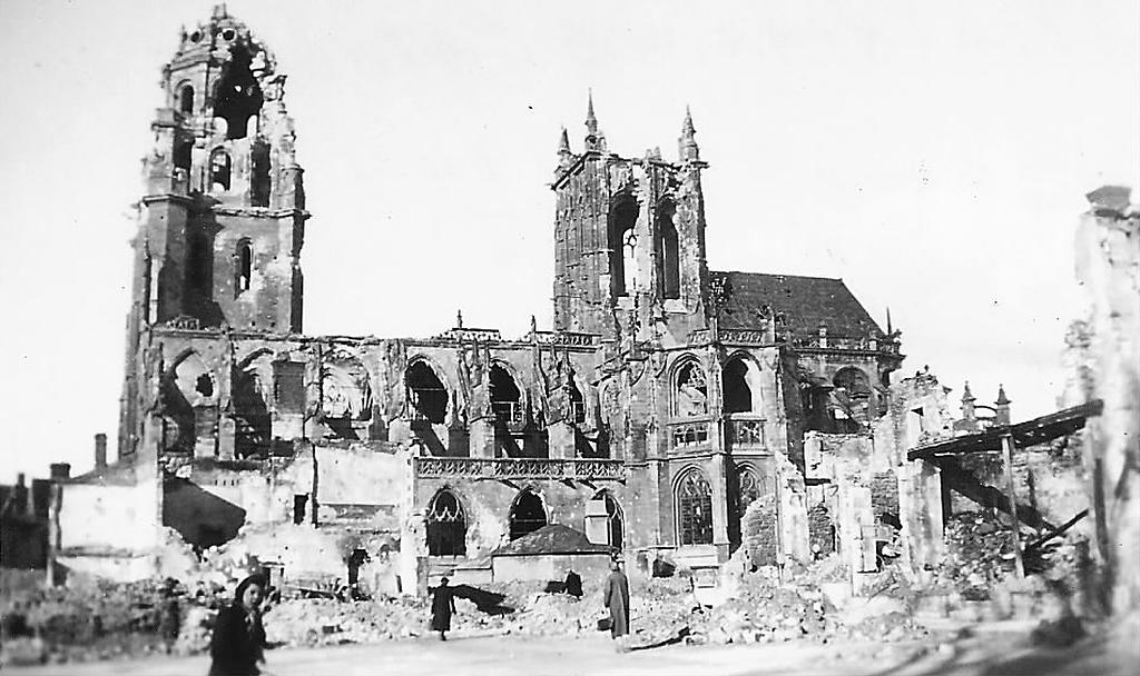 Ruine de l'église St Germain - Argentan - Août 1944 - Les habitants découvrent les dégâts