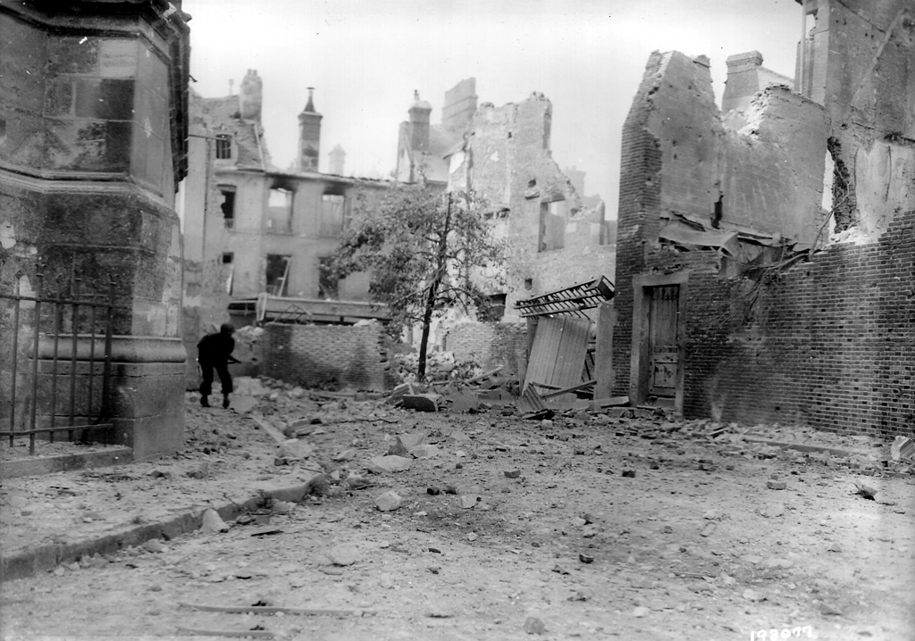 Ruines d'Argentan - Août 1944 - Progression d'un GI