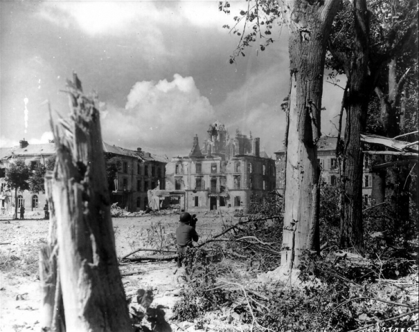 Un opérateur US filme les bombardements - Argentan - 08/1944