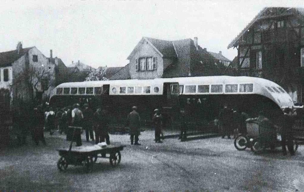 Acheminement d'un autorail Bugatti de l'usine à la gare