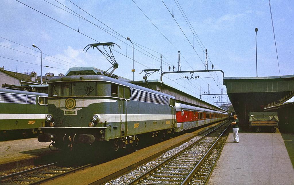 """Le TEE """"Catalan Talgo"""" prêt au départ à Geneve-Cornavin en 1979. Photo: S. J. Morgan"""