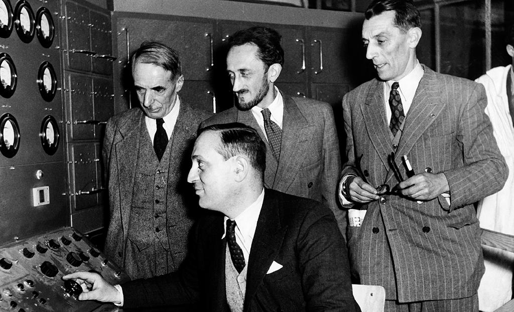 R. Dautry à gauche administrateur général au CEA